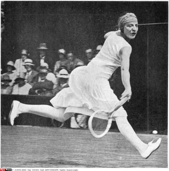 Six fois vainqueur en simple entre 1920 et 1926, Suzanne Lenglen est la reine sur terre battue