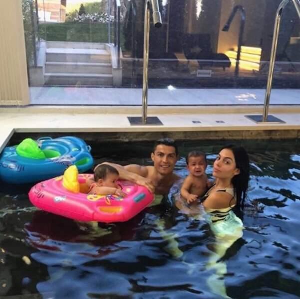 Cristiano Ronaldo, Georgina Rodriguez et deux de leurs enfants ont fait trempette.