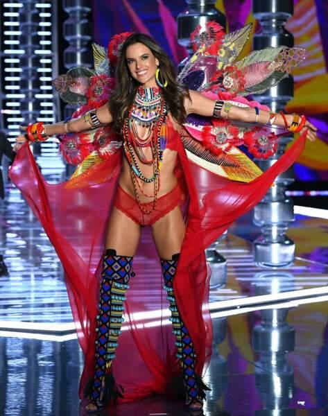 Alessandra Ambrosio, brésilienne elle aussi, en chef indienne pour Victoria's Secret !