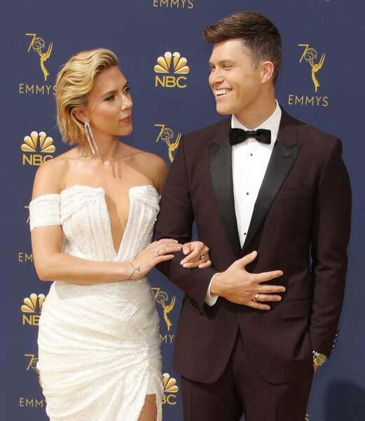 Décolleté plongeant et robe blanche pour Scarlett Johansson. C'est son compagnon Colin Jost qui est ravi !