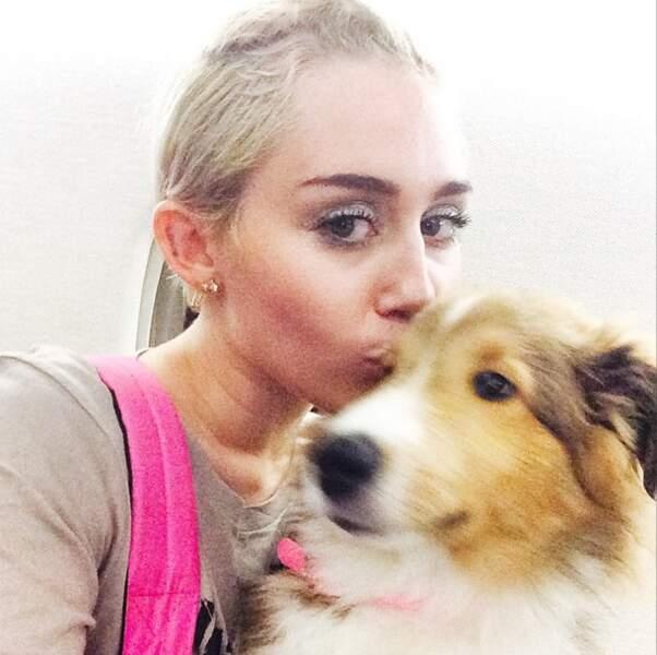 Miley Cyrus ADORE les animaux. Son dernier chien se prénomme Emu, et il est adorable !