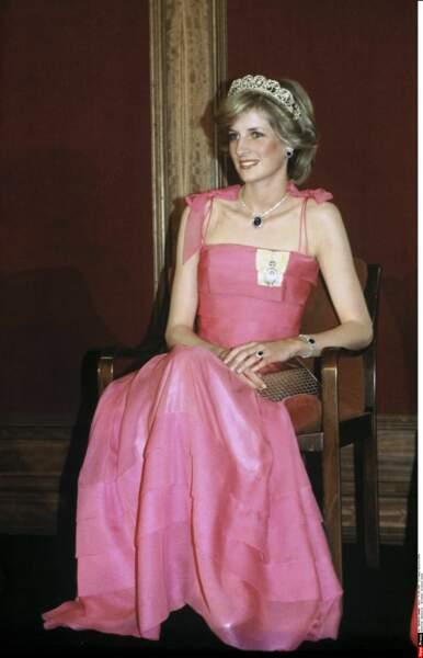 Diana porte la tiare de la famille Spencer et une robe Victor Edelstein lors d'un banquet à Brisbane