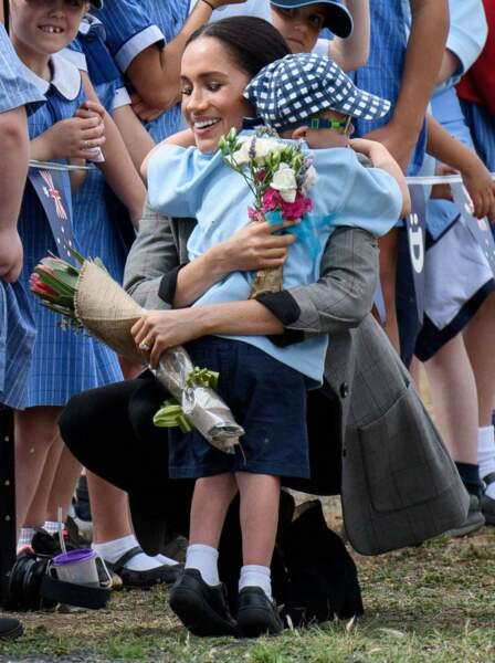 Meghan Markle prend dans ses bras ce petit enfant âgé de 5 ans
