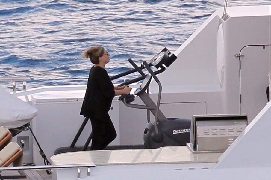 C'était l'heure du jogging pour Barbra Streisand, qui préfère donc courir sur son yatch plutôt que sur la plage.
