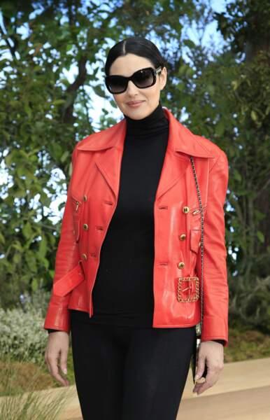 Derrière ses lunettes de soleil se cache Monica Bellucci