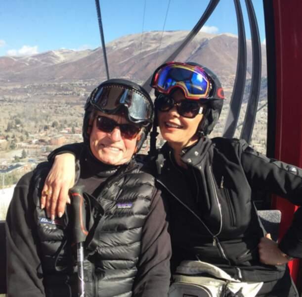 Les amoureux Catherine Zeta-Jones et Michael Douglas sont au ski.