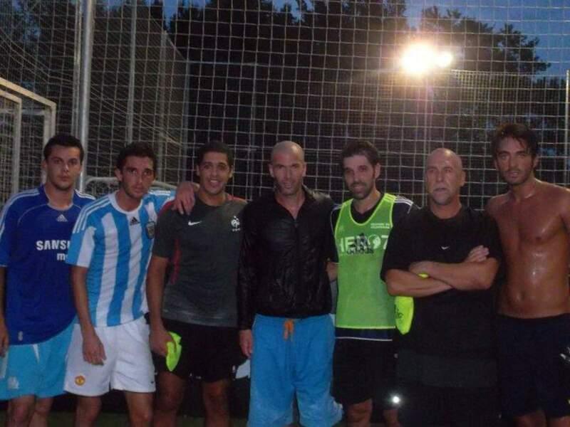 Thomas (Secret Story 6) et son torse posent aux côtés de Zinedine Zidane