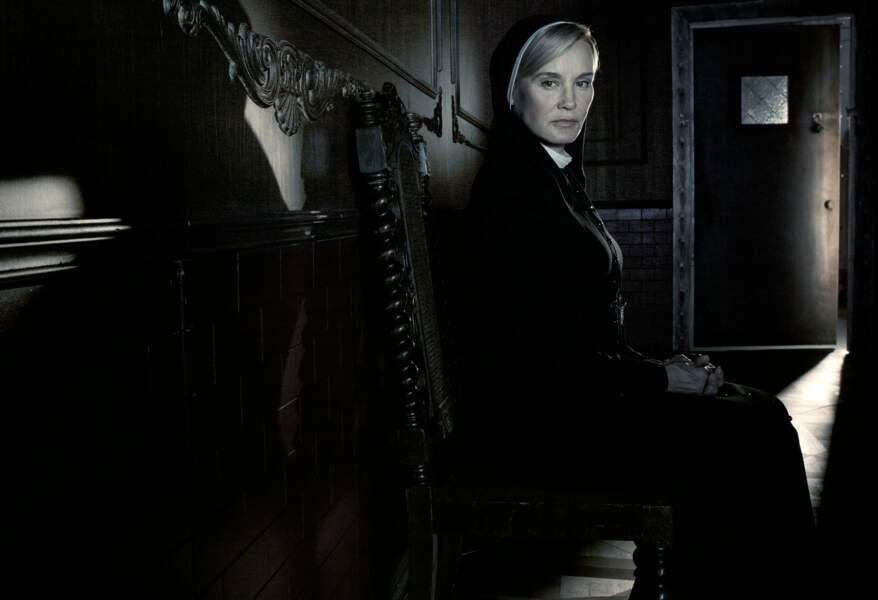 Face à elle, Jessica Lange, qui connaît bien les séries de Ryan Murphy (ici dans American Horror Story)