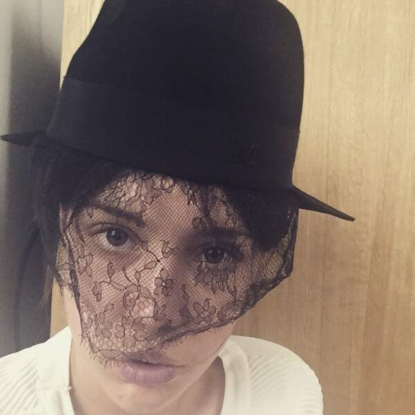 Parlons aussi de ce chapeau, plutôt adapté à un deuil. Non ?