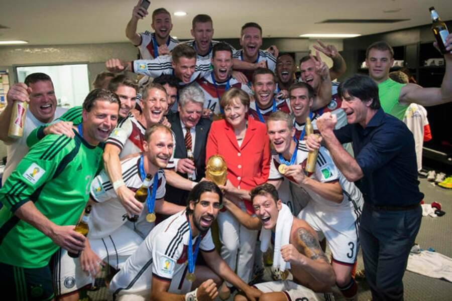 Angela Merkel, telle une petite fille au milieu de l'équipe d'Allemagne !