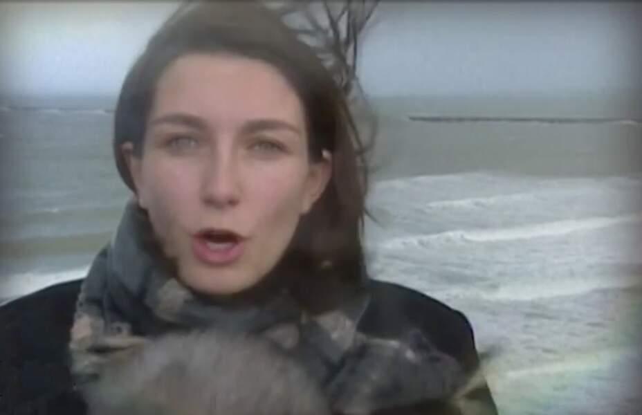 En 2000, Anne-Claire Coudray fait sa première apparition télé en pleine tempête pour TF1 au bureau de Lille.