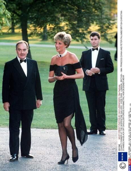 """Sublime dans """"La robe de la revanche"""" lors d'un dîner de charité à la galerie Serpentine de Londres"""
