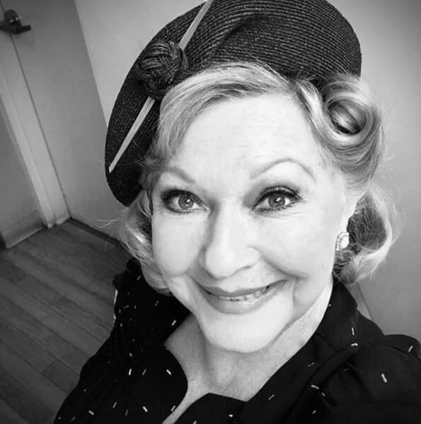 Beth Maitland des Feux de l'amour tourne une scène dans laquelle Traci, son personnage, se voit dans les années 40