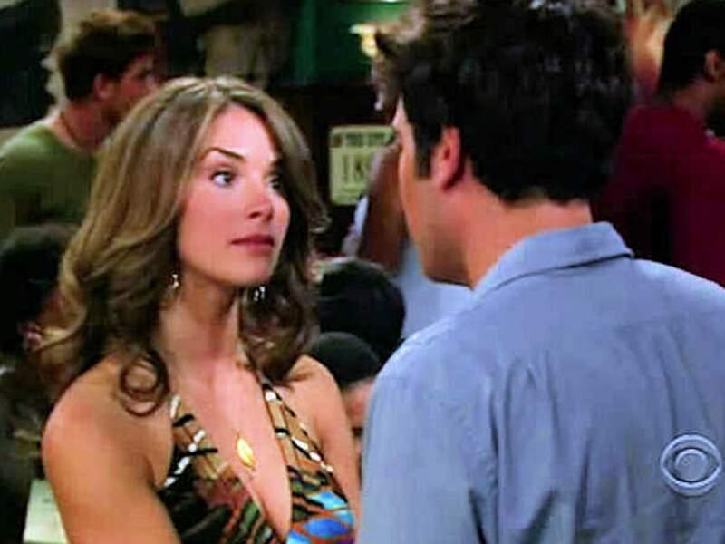 Carol ou Blah Blah dans l'épisode. C'est le moment où on découvre comment tout le petit groupe a rencontré Barney.
