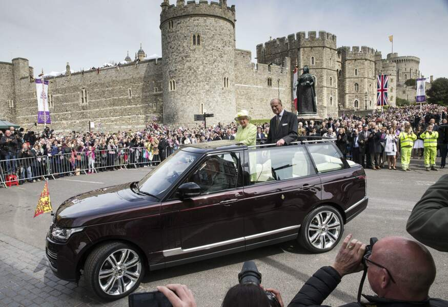 La reine et son époux Philip ont parcouru Windsor sous l'œil de la reine Victoria et de son imposante statue