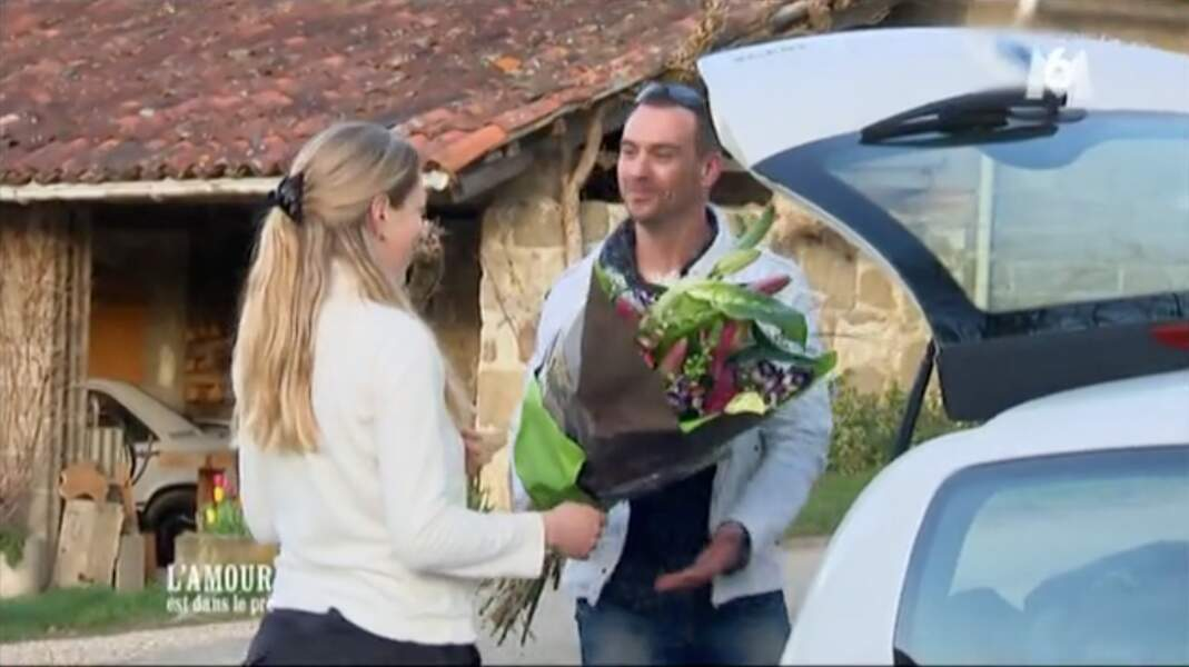 Emeline ne s'attendait pas à recevoir un bouquet si gros et si beau de la part de Bruno.