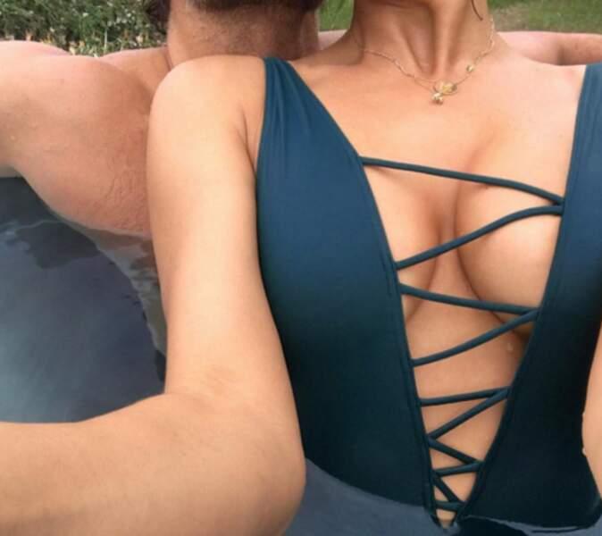 Irina Shayk a fait d'une pierre deux coups : boobs + un bout de son chéri. Bradley Cooper, c'est toi ?