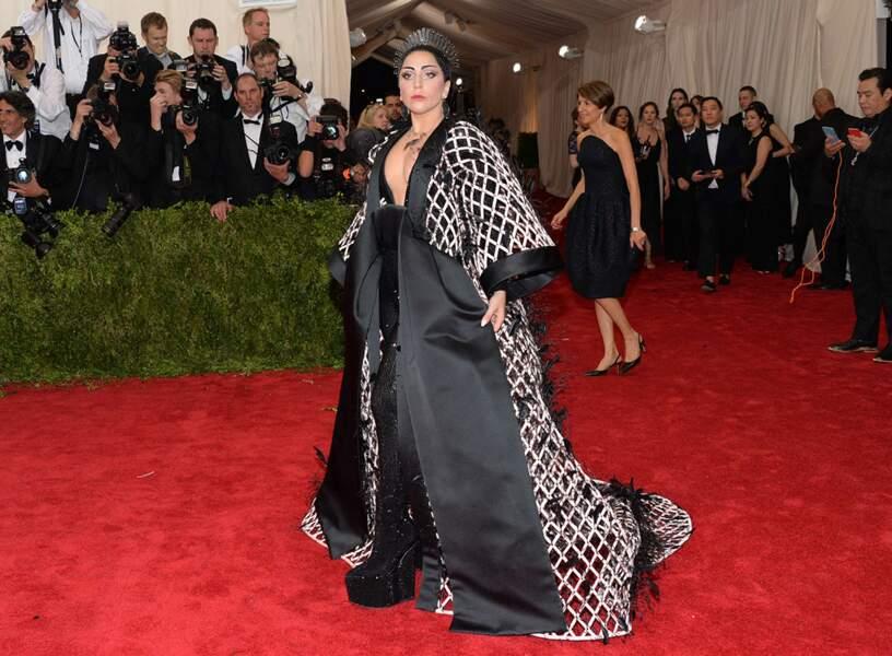 Lady Gaga a bien évidemment sorti la tenue XXL avec les chaussures de drag queen qui vont avec !