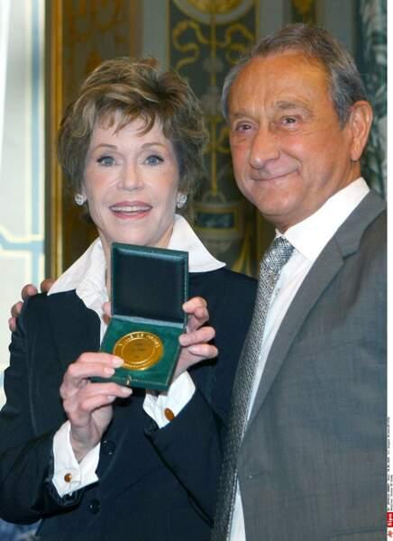 Jane Fonda reçoit en 2010, des mains de Bertrand Delanoë, la médaille de la Ville de Paris