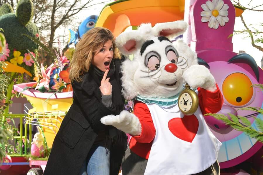 Caroline Ithurbide rencontre le Lapin Blanc à Disneyland Paris