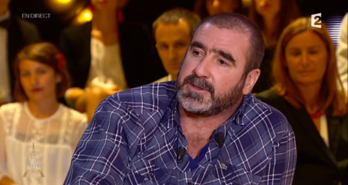 Un look totalement à l'opposé ? Celui d'Eric Cantona, à la cool sur le plateau d'Un soir à la Tour Eiffel