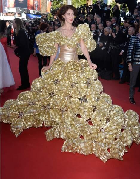 Madame boule de Noël remporte le prix de la robe la moins pratique à porter !