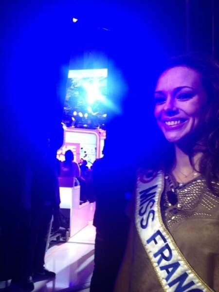 Miss France attend patiemment son tour dans les coulisses de Touche pas à mon poste