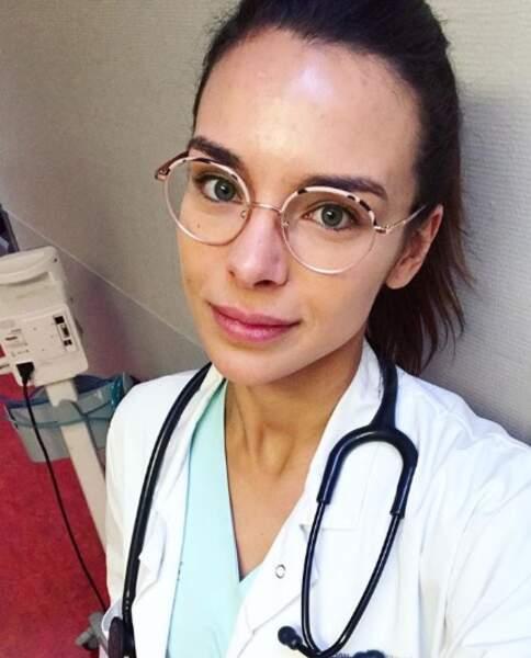 Stéthoscope autour du cou, l'étudiante en médecine se dévoile