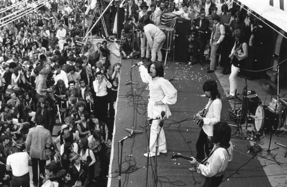 Mick Jagger sur scène lors d'un concert gratuit à Hyde Park en mémoire de Brian Jones