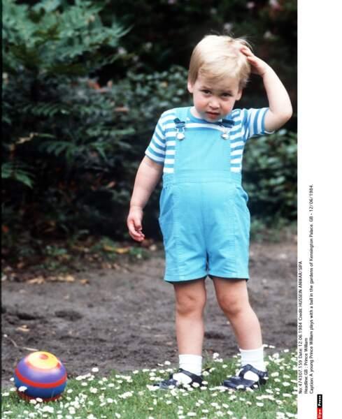 Le joli petit prince William joue dans le jardin de Kensington, il a 2 ans