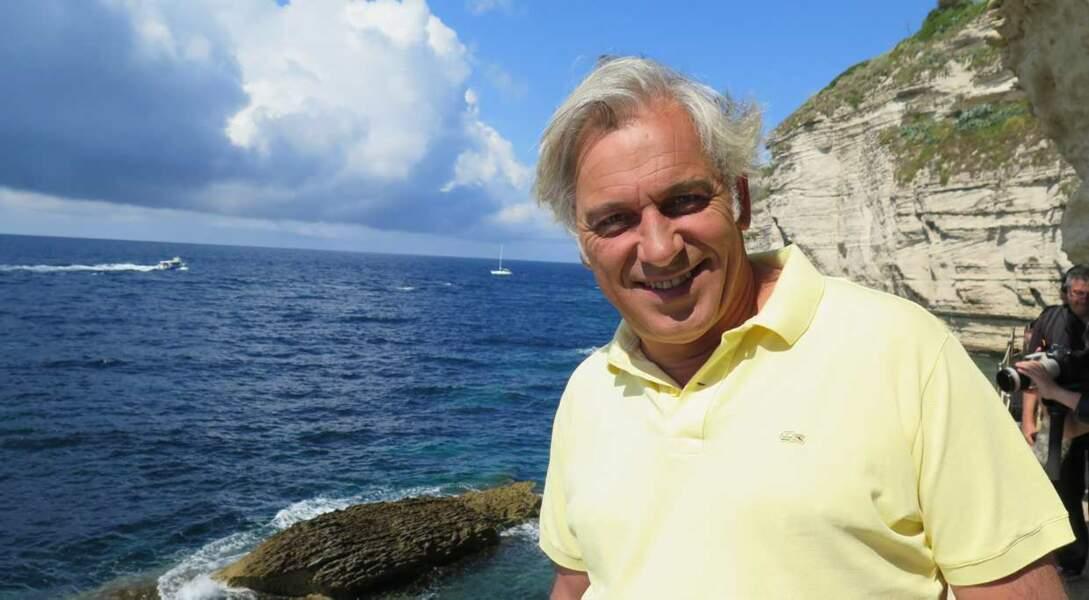 Stéphane Thébaut (La maison France 5) présente certains numéros dans des coins paradisiaques. La Corse...