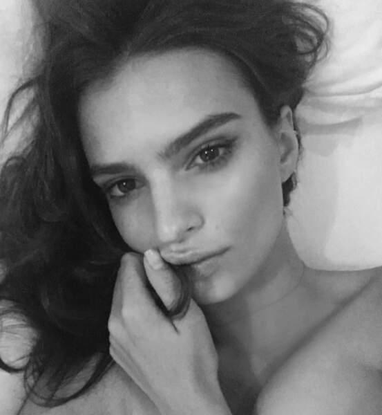 Emilie Ratajkowski sans make-up, mais en noir et blanc.