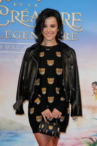 La chanteuse française Alizée est restée en enfance, d'abord en portant un merveilleux ensemble ours...