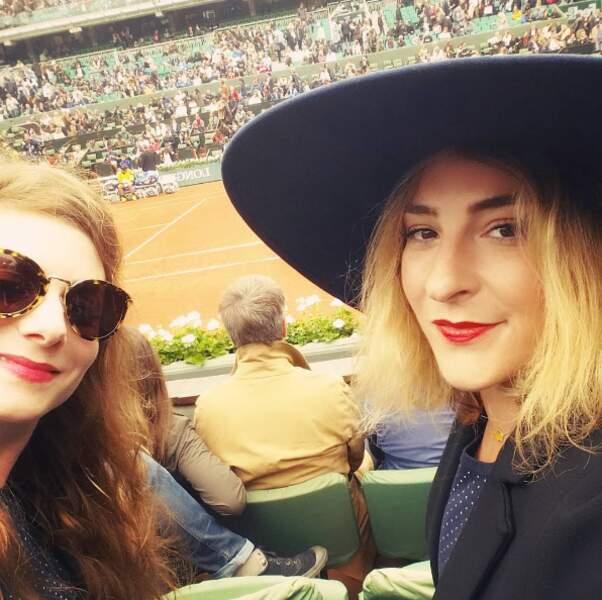 Avec un tel chapeau, c'est bon Marilou Berry pourra regarder le match de tennis tranquille...