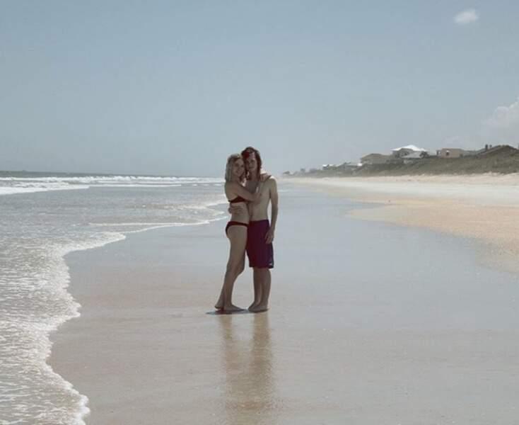 Seuls sur le sable, les yeux dans l'eau : le jeune Chandler Riggs (The Walking Dead) et sa chérie Brianna.