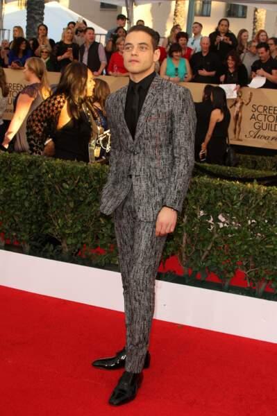 Ah, enfin une vraie tentative : bravo à Rami Malek (Mr Robot) qui porte à merveille le costume gris chiné