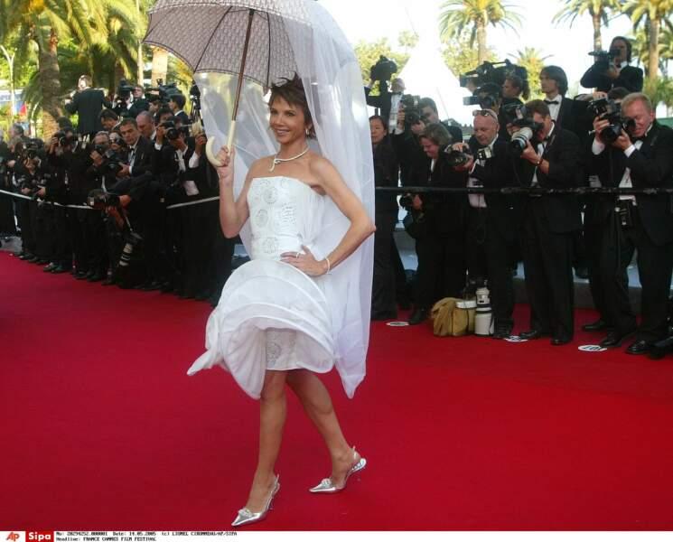Victoria Abril inclut un parapluie dans sa tenue. Malin en cas d'intempéries… (2005)