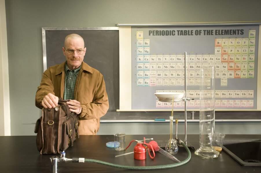 Prof de chimie, Walter White est atteint d'un cancer, et doit s'organiser entre fournées, cours et chimio