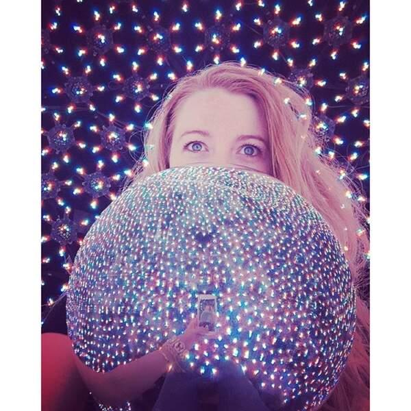 Blake Lively se aussi met aux selfies chelous avec des boules à paillettes