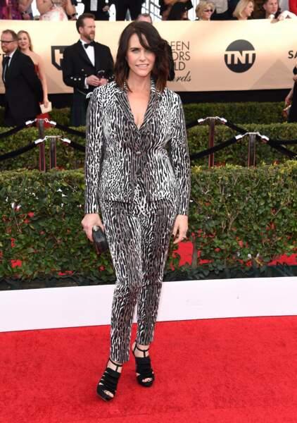 Dress-code épuré ? Pas pour Amy Landecker (Transparent), qui préfère une attitude rock et décalée.