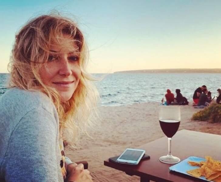 Amanda Sthers, les cheveux au vent à Formentera.