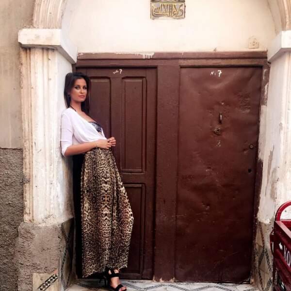 Malika Ménard a opté pour une jupe léopard à Marrakech...