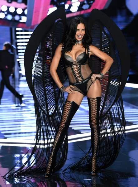 Adriana Lima, ange noir du défilé Victoria's Secret de novembre 2017 à Shangaï.
