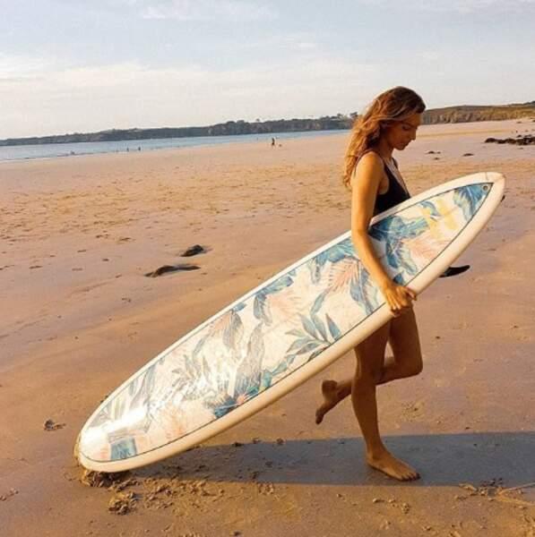 Laury Thilleman n'a pas oublié sa planche de surf en Bretagne.