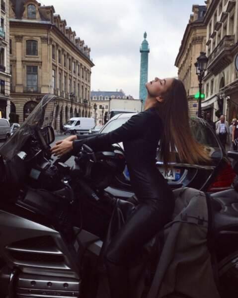 En ce moment, c'est aussi la Fashion Week à Paris. Barbara Palvin est prête avec un grand P.