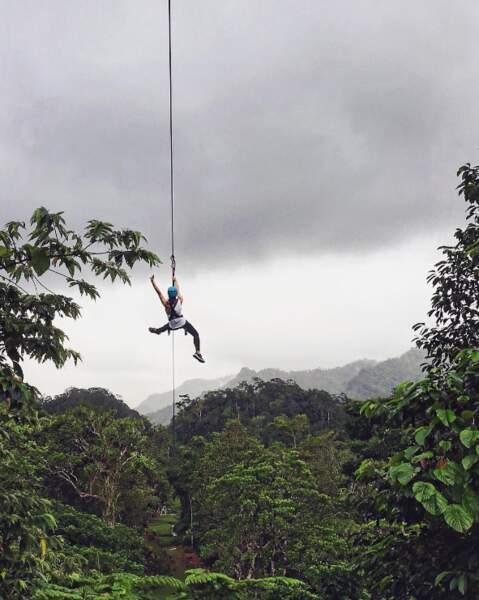 Adepte des sensations fortes, Shay Mitchell a fait de la tyrolienne aux îles Fiji.