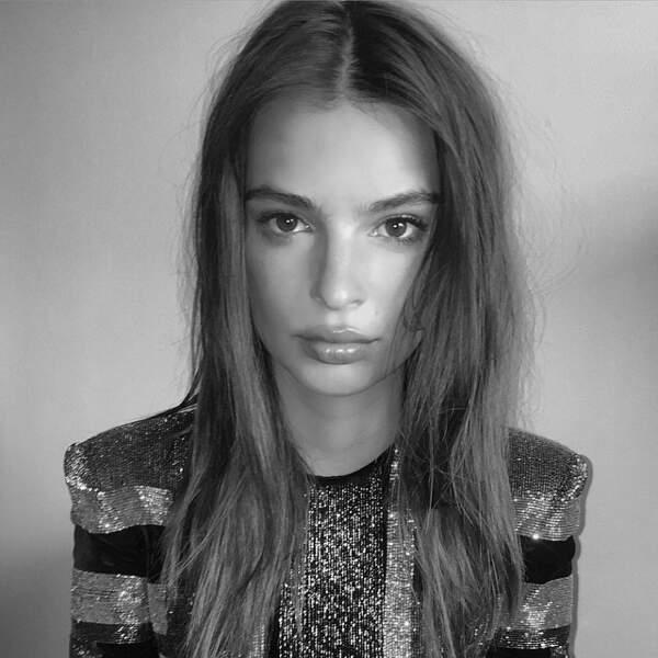 Emily Ratajkowski fait la tête en noir et blanc.