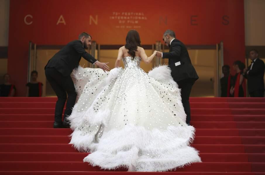 Plumes et paillettes argentées : une vraie robe de princesse.