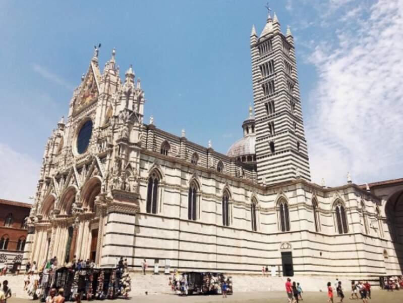 La journaliste en profite pour visiter les plus beaux monuments de la région, comme ici la cathédrale de Sienne...