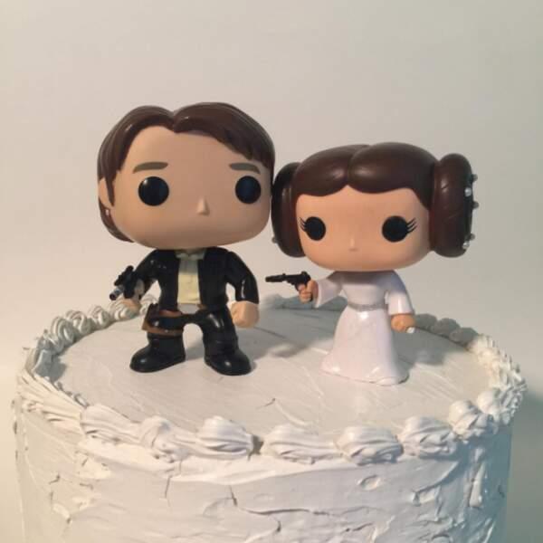 Et la cerise sur le gâteau ce sont les petits personnages à poser sur le dessus de la pièce montée !